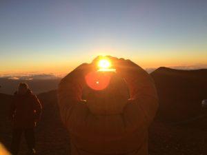 【車で行ける世界最高峰・ハワイ島マウナケア山頂】ツアーに参加!高度4000メートルから夕陽を摑み取り、天体望遠鏡で月のクレーターを見る